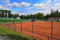 Tenisové a volejbalové kurty nově lemuje plot.
