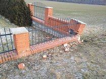 Ve Lhotě Rapotině naboural mladý řidič pod vlivem drog do hřbitovní zdi.