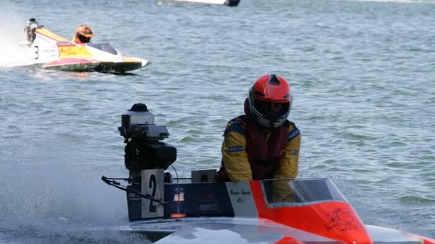 Na jedovnickém rybníku Olšovec se o víkendu jel úvodní závod mistrovství Evropy motorových člunů.