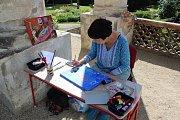 Naivní umělci z různých koutů světa tvoří v areálu Lysického zámku.