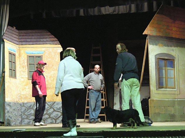 Poprask na laguně. Nejhranější hra italského dramatika Carla Goldoniho ožije na divadelních prknech lysické sokolovny.