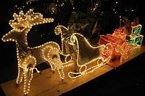 Zářící sobí spřežení, andělé, sněhulák, méďa a spousta dalších vánočních motivů. Dům Ludmily Michlovské v Ladné každý večer rozzáří světelné atrakce. Přijíždí je obdivovat mnoho lidí z okolí.