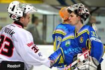 Michal Šurý (v modrém) přijímá gratulaci od svého brněnského protějšku Josefa Nováka.