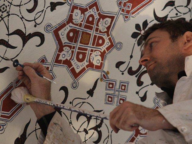 Restaurátoři obnovují zdi i oprýskanou stropní výmalbu interiéru lednického minaretu. Traduje se, že na té původní se podíleli arabští umělci. Turistům se místnosti v patře jedinečné památky zpřístupní po třiceti letech.