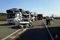 Střet osobního a dvou nákladní aut zastavil ve čtvrtek odpoledne provoz na silnici I/52 v katastru obce Bavory na Břeclavsku. Došlo k němu krátce po půl čtvrté odpoledne ve směru z Mikulova na Brno před odbočkou na Bavory.