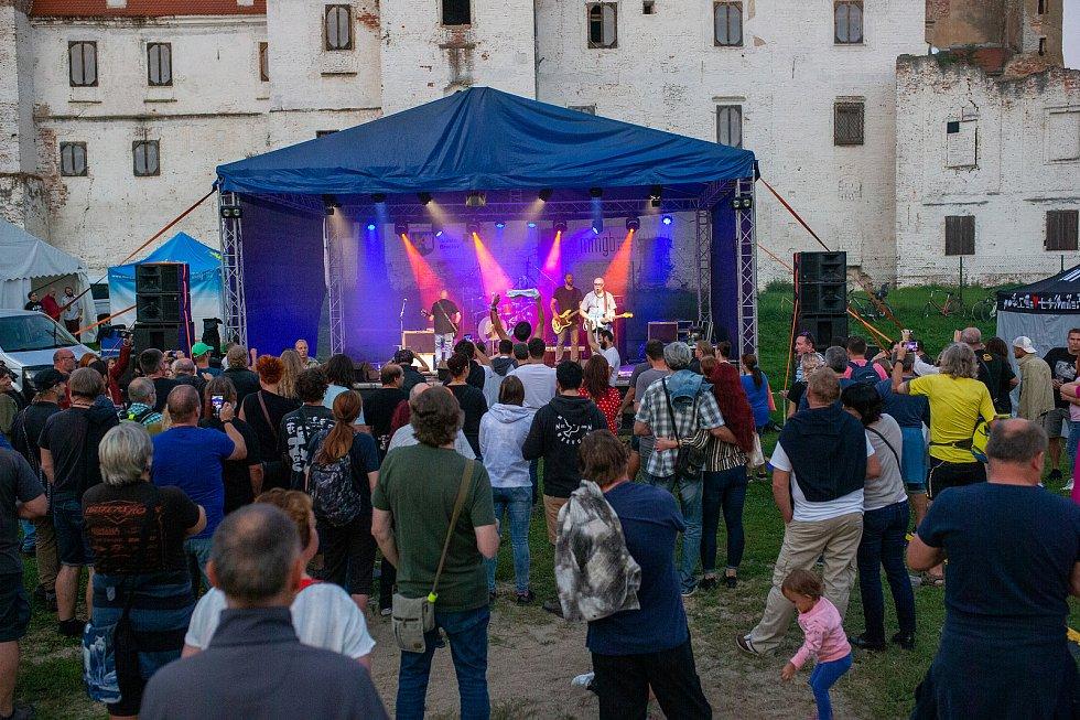Areál pod břeclavským zámkem v sobotu zaplnily davy lidí. Přilákala je rozmanitá nabídka pivních speciálů z malých pivovarů.Foto: David Korda
