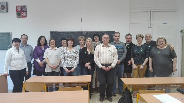 Do projektu sourozenců Oudových zgymnázia T.G. Masaryka vHustopečích se zapojili itamní učitelé. Jako symbol si připnuli modro-zelenou stužku.