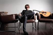 Dvorní kytarista amerického zpěváka Stinga Dominic Miller.
