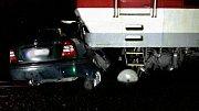 Srážka osobního auta svlakem zastavila provoz na železnici mezi Slovenskem a Břeclaví.