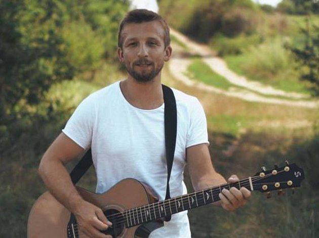 Amatérský zpěvák Libor Haloda z Uherčic založil před pár měsíci skupinu Atlas Mraků.