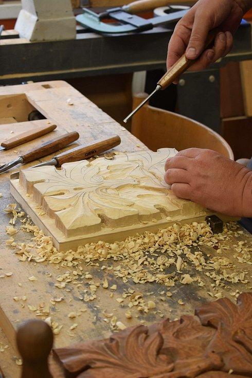 Povědomí o uměleckých řemeslech se snaží šířit řezbář Roman Slaný kurzy pro veřejnost.