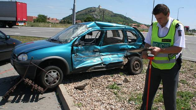 Auto skončilo po srážce s kamionem mimo silnici.