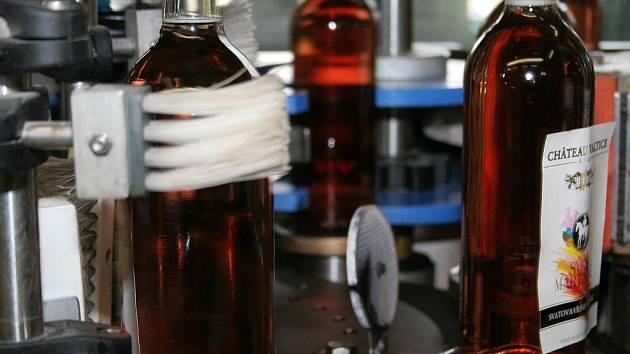 Vinné sklepy Valtice lahvovaly růžové Svatovavřinecké.