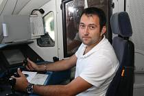 Amatérský filmař a strojvedoucí Filip Januška občas sedá do neklimatizované lokomotivy v šortkách a s ručníkem kolem krku.