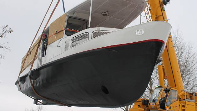 Jeřáb přenesl ve středu v pavlovském přístavišti loď Pampelišku poprvé na hladinu Nových Mlýnů. Po pár minutách ji vytáhl zpět na pevninu. Turisty začne vozit v příštím roce.