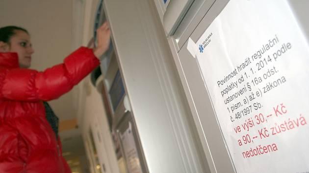 Poliklinika Břeclav má informaci o pokračující povinnosti hradit regulační poplatky vylepenou na recepci i platebních automatech. Některé pacienty přesto mate změna, že již deset dní neplatí poplatky za pobyt v nemocnici a léčebnách.