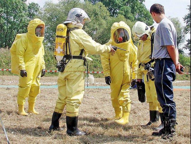 Záchranáři  pracovali v ochranných oděvech.
