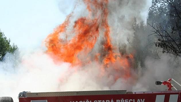 Požár stavební buňky u břeclavské nemocnice