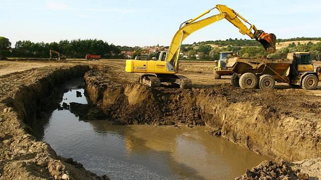 Pavlovský rybník je po dvou stech letech opět naplněný vodou.