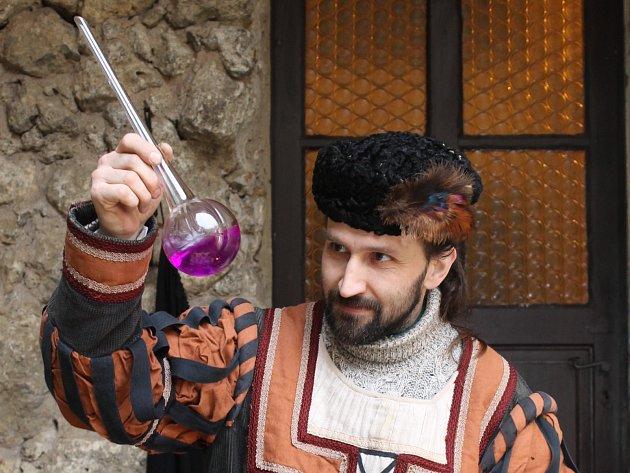 Adventní jarmark na Janově hradu provázel v sobotu 6. prosince déšť. I přesto se několik lidí přijelo podívat na alchymistu, či ochutnat opékanou klobásu a sýry.