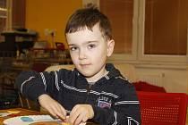 Děti v úterý přivolávaly v knihovně v Moravské Nové Vsi jaro. Tvořily podle předlohy slepice s vajíčky či motýly.