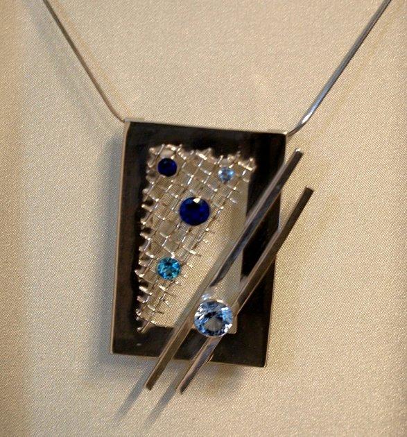 Břeclavská Galerie 99zve na výstavu Žena a šperk se stříbrnými šperky Nikoly Ciprysové a kresbami Antonína Vojtka.
