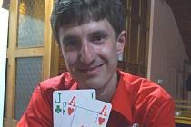 Adam Joch se svým oblíbeným párem karet.