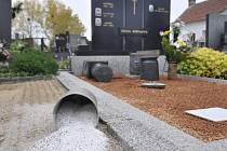 Vandalové totálně zdemolovali hřbitov ve Vranovicích.