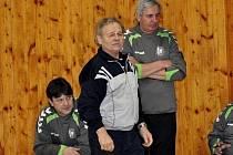 Antonín Jahoda (v popředí) opět stojí na střídačce Legaty.