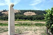 Socha svaté Anežky stojí nad Pavlovem mezi vinohrady. Požehnal jí kardinál Dominik Duka.;