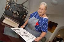 Umělecká tiskařka Věra Nohelová proslula technikou kamenotisku.