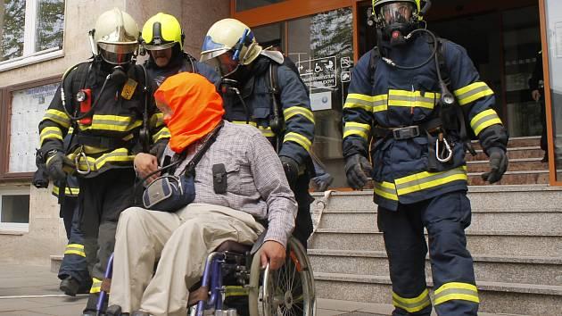 Hasiči si v útrobách Městského úřadu Břeclav vyzkoušeli modelovou situaci požáru.