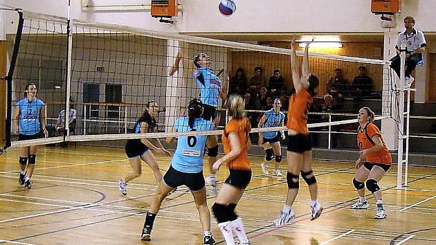 Břeclavské volejbalistky (v modrém) neměly s opavskými volejbalistkami příliš mnoho starostí. Vyhrály dvakrát 3:0.