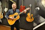 Z ilegální garáže až na americký trh vybudoval firmu na výrobu kytar František Furch z Velkých Němčic. Na snímku s první svoji vyrobenou kytarou.