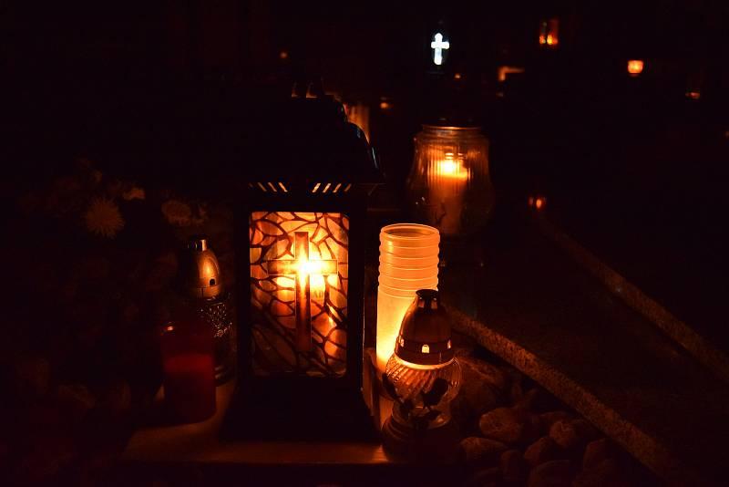 Lidé přišli zapálit v pondělí navečer na hřbitov ve Velkých Bílovicích svíčky za zesnulé.