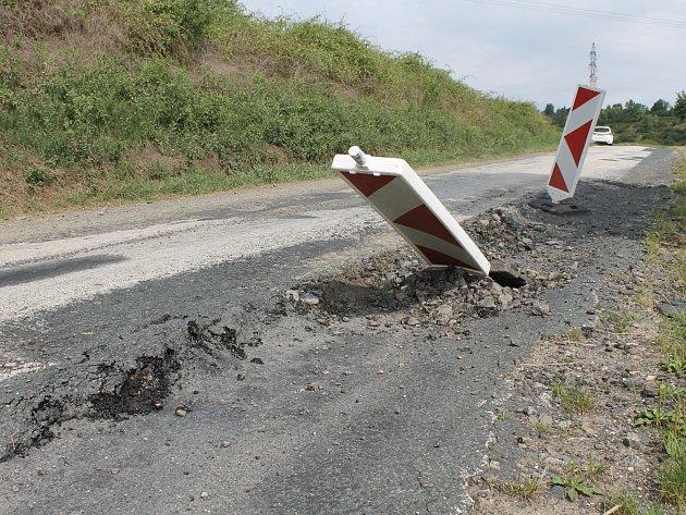 Silnice třetí třídy ze Sedlece směrem na Bulhary je rozbitá po častém průjezdu kamionů v letních měsících. Ty tudy jezdí kvůli opravě hlavní silnice ze Sedlece na Mikulov.