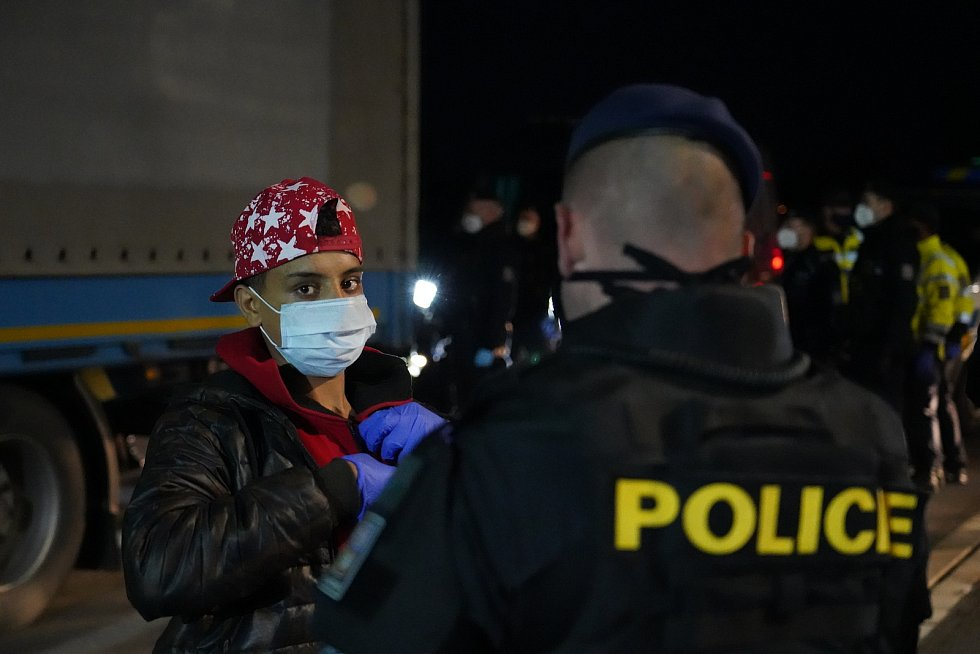 Jihomoravští celníci při kontrolách na dálnici D2 na Břeclavsku. Ilustrační foto.