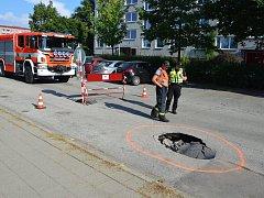 Téměř dvoumetrová díra vznikla po propadu silnice na břeclavském sídlišti Na Valtické.