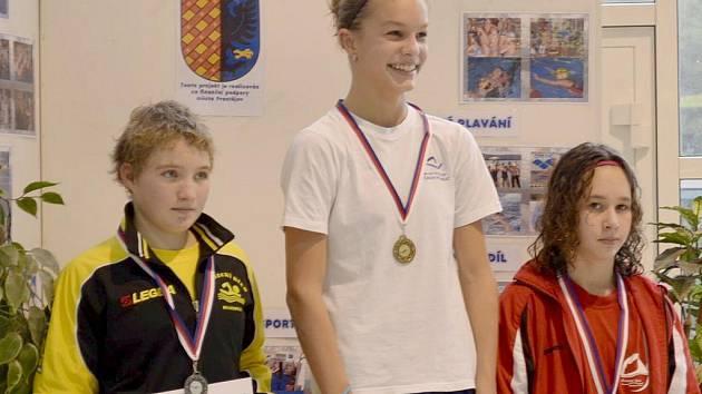 Radka Podešťová (vlevo) z plaveckého klubu v Hustopečích byla na mistrosvtví republiky druhá.