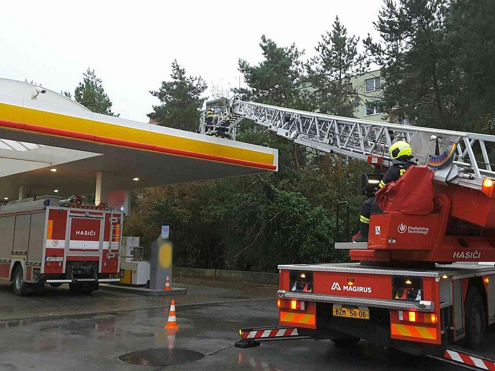 Silný vítr přidělal ve čtvrtek odpoledne a večer práci hasičům na jihu Moravy. Nejvíce těm na Břeclavsku.