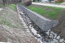 Gabionová zeď má pomoci zabránit sesuvu silnice do Nikolčického potoka.