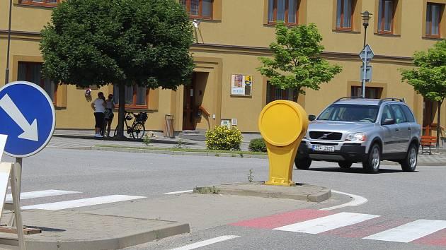 Průjezd Moravským Pískem. Tranzitní dopravu má odklonit úsek dálnice D55.