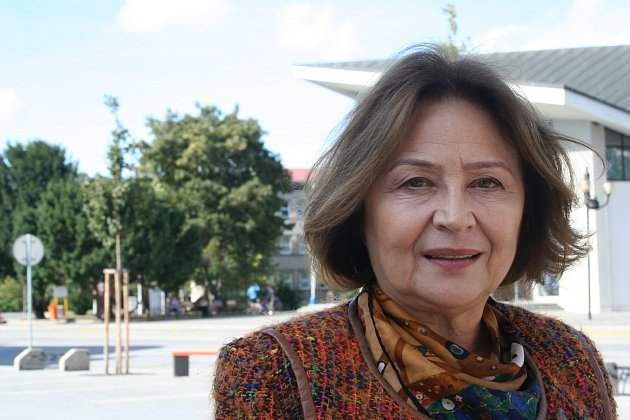 Slovenská herečka Emilia Vašáryová obdivuje zámek vLednici a moravské koláčky.