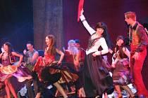 Zorro mstitel přilákal v sobotu večer do zámeckého parku v Lednici více než tisícovku lidí. Známý romantický příběh ožil ve tříhodinovém muzikálu pod širým nebem díky hercům Městského divadla v Brně.