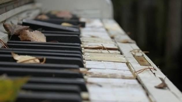 Lidé v Břeclavi si od pondělí mohou zahrát na piano v průjezdu knihovny.