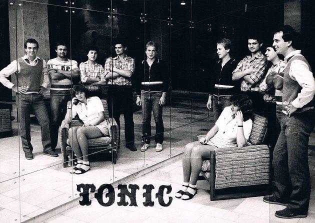 Břeclavská kapela Tonic. Na třicet let starých fotkách jsou Josef Ščuka, Luděk Harnušek, Ladislav Bartoš, Dagmar Kučerová, Jiří Zonyga a Zdeněk Petr.