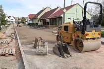 Opravy Sokolské ulice v Kobylí. Kostky tam nahradil asfalt.
