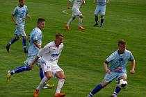 Břeclavští fotbalisté (v bílém) na úvod třetí ligy podlehli Vyškovu.