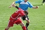 Fotbalisté Velkých Pavlovic (v červeném) si doma snadno poradili s Rohatcem.