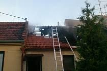 Hasiči rozebrali ohněm poškozenou střechu rodinného domu v Ladné.